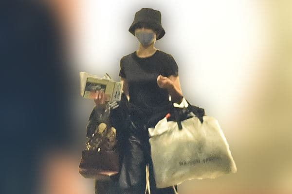 大量の荷物を持って恋人のマンションをあとにする前田の画像