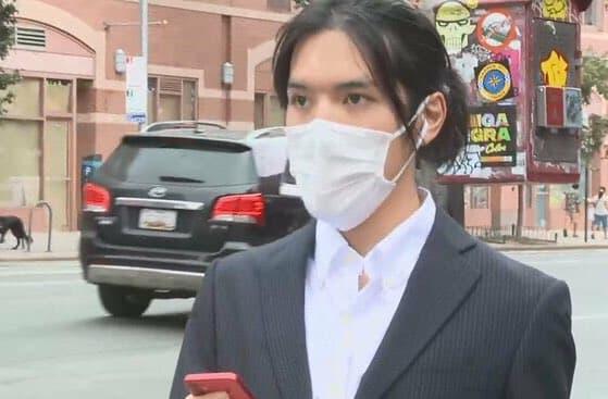 マスクを着用している小室圭さんの画像